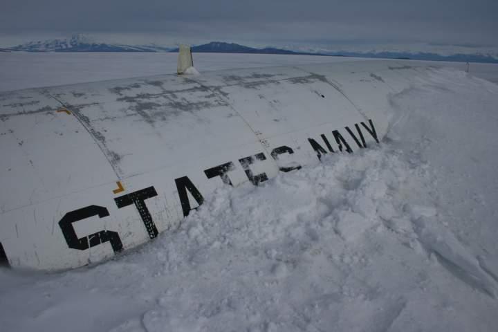 oblomki-samoleta-v-antarktide