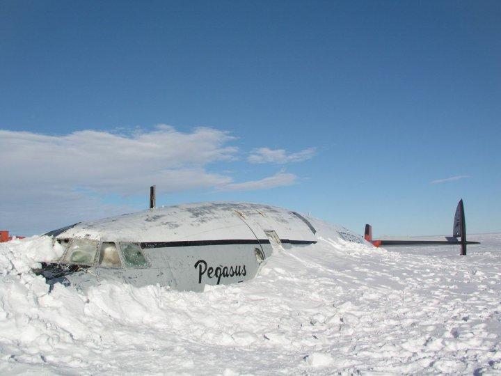 oblomki-zabroshennogo-samoleta-v-antarktide