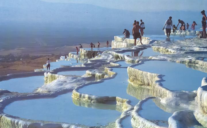 turisty-rannim-utrom-na-pamukkale