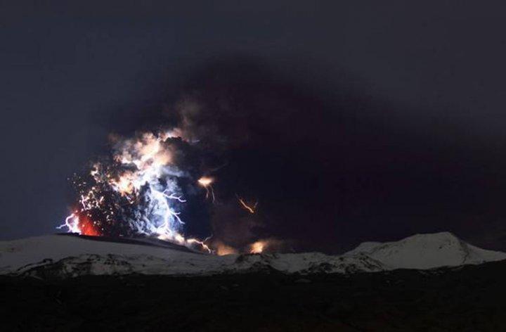 molnii-nad-vulkanom