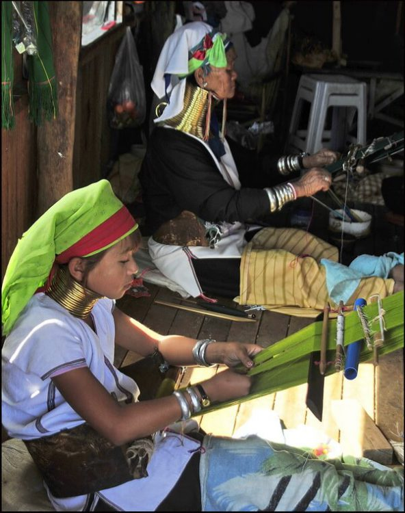 Женщины Падаунг работают на пряже