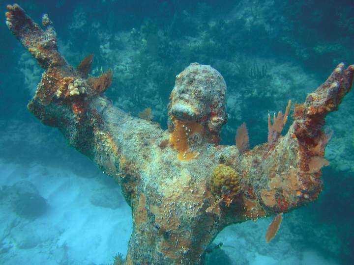 hristos-iz-bezdny-podvodnaya-statuya