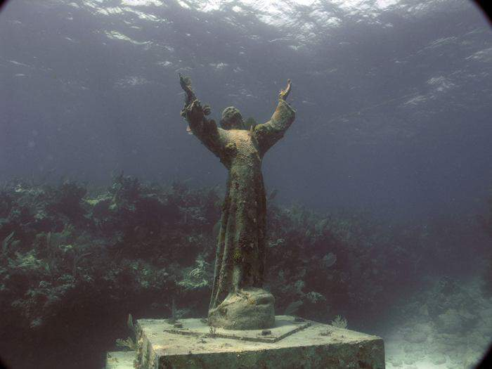 statuya-hrista-pod-vodoj