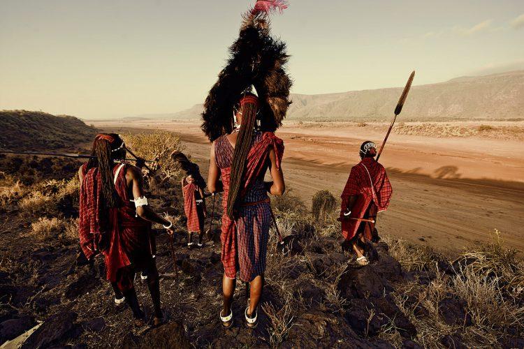 Племя Масаи взирает на саванну
