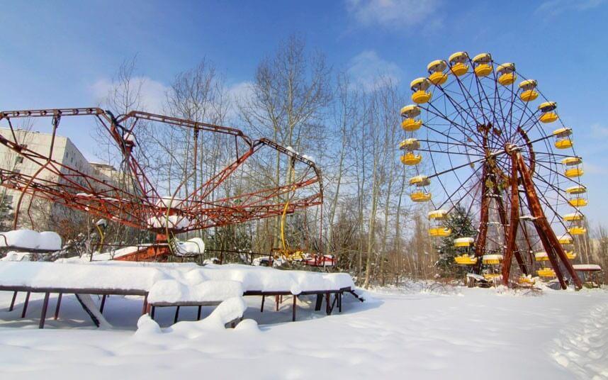 pokinutoe-koleso-obozreniya-i-karusel