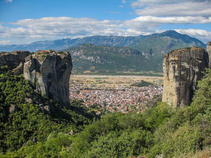Монастыри Метеоры на фоне города Каламбака