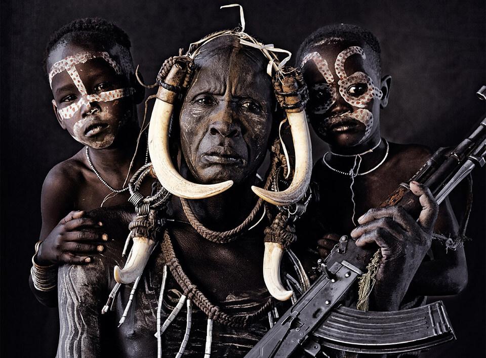 Африканские дикари с автоматом Калашникова
