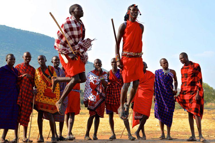 Племя Масаи танцуют адуму