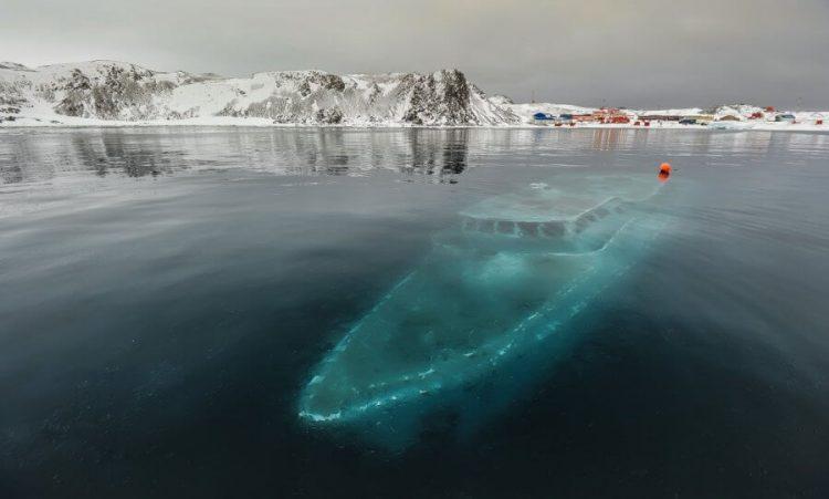 Затонувшая яхта в Антарктиде