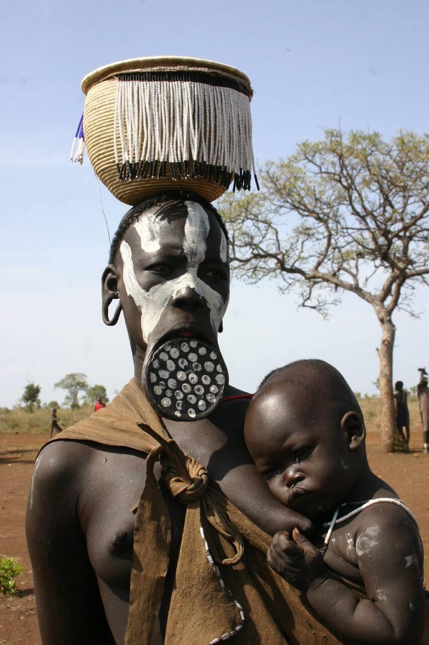 Женщина Мурси с ребенком