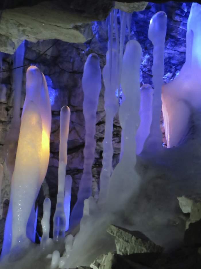 Ледяные сталагмиты в Кунгурской пещере