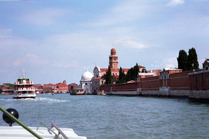Яхта плывет по улицам Венеции