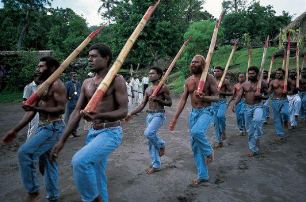 Аборигены имитируют белых людей - культ карго