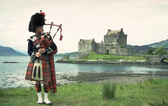 Ирландец на фоне замка