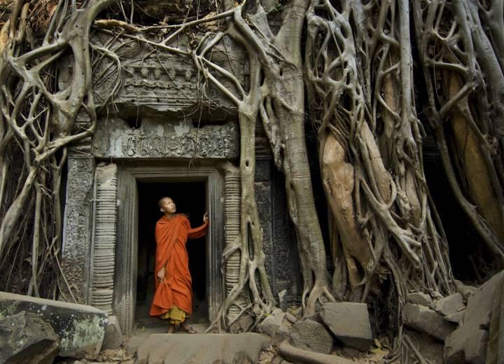 Буддист в храме Ангкор-Ват
