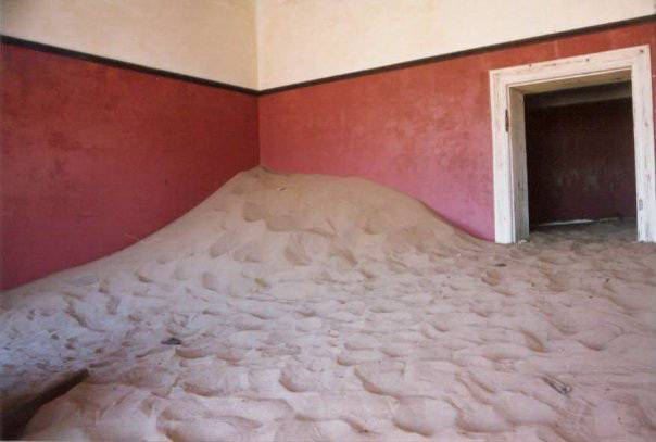 Засыпанные дома города Колманскоп в пустыне Намиб
