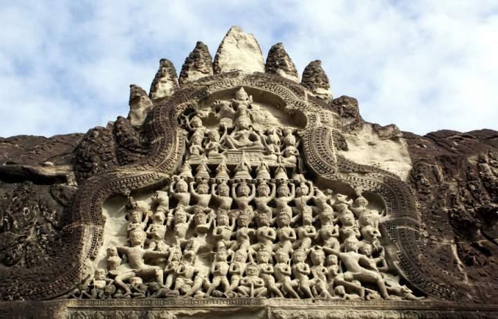 статуи в Ангкор-Ват. Фото