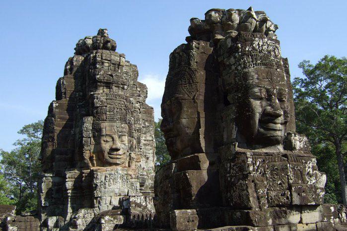 Статуи в храмовом комплексе Ангкор-Ват