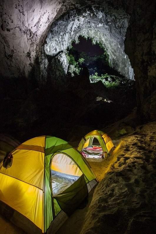 Лагерь туристов в пещере Шондонг