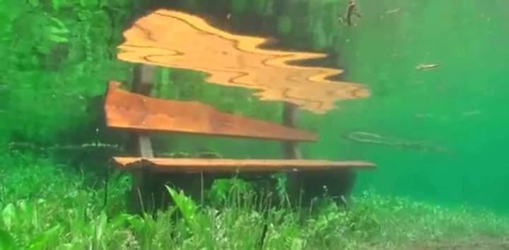 Лавочка под водой - Зеленое озеро, Австрия. Фото