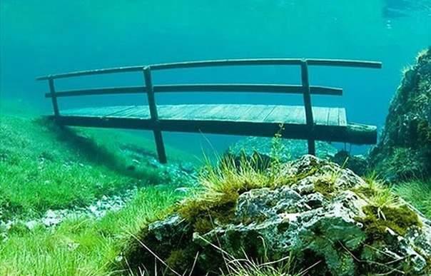 Пешеходный мостик под водой Зеленого озера