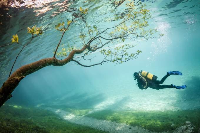 Прозрачная вода Зеленого озера в Австрии. Фото