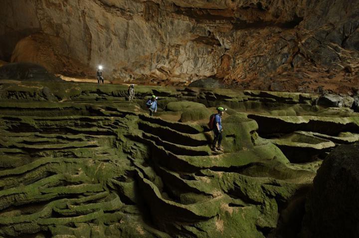 Туристы в пещере Шондонг, Вьетнам
