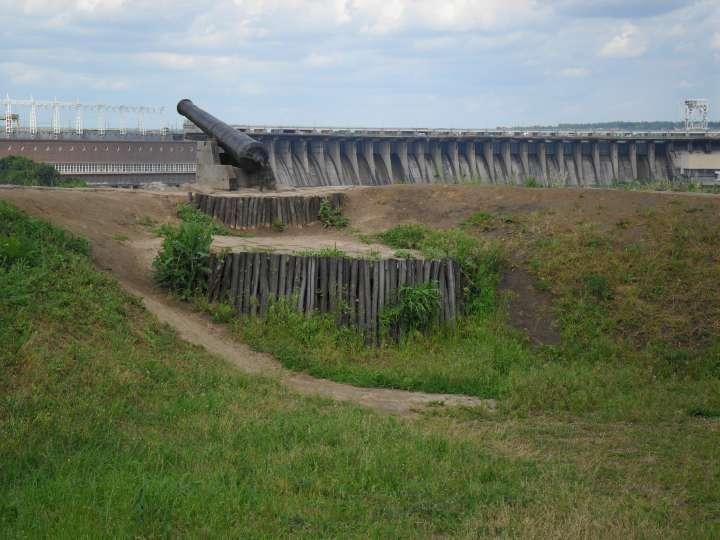 Пушка в Запорожской сечи на фоне Днепрогэса, фото