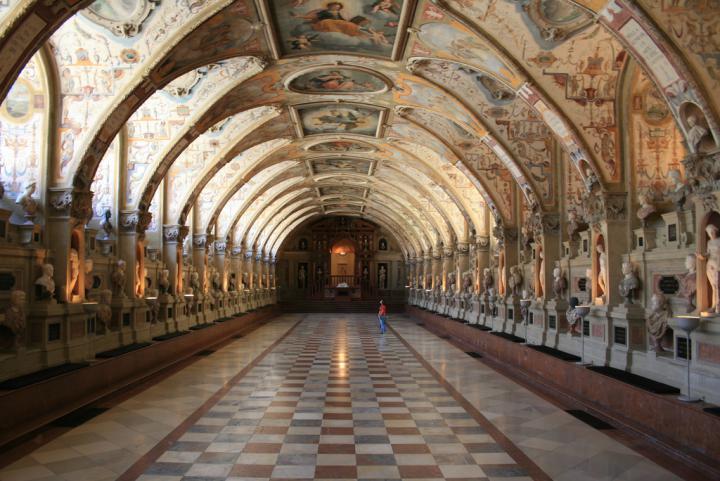 Холл в замке Нойшванштайн