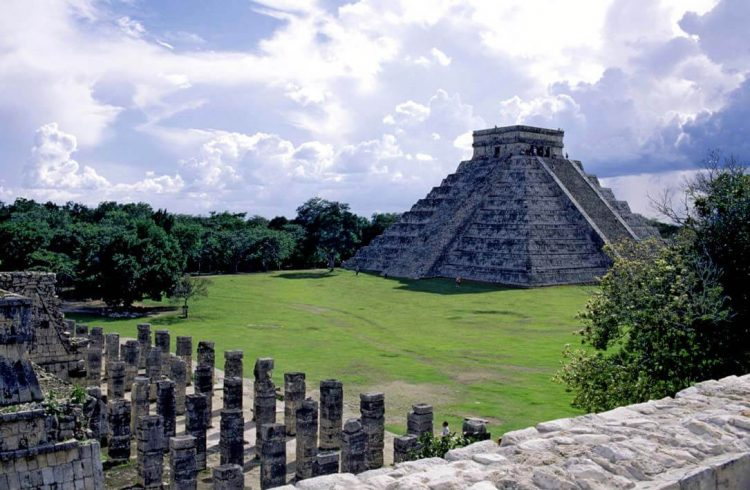 Руины древнего города Чичен-Ица, Мексика