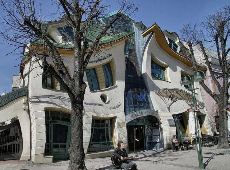 Кривой домик - достопримечательность Польши