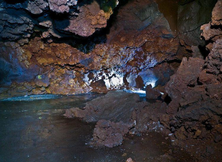Скалы и гроты в лесу самоубийц Аокигахара, Япония