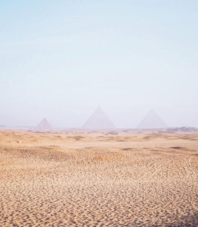Вид на Великие пирамиды Гизы в первых лучах света