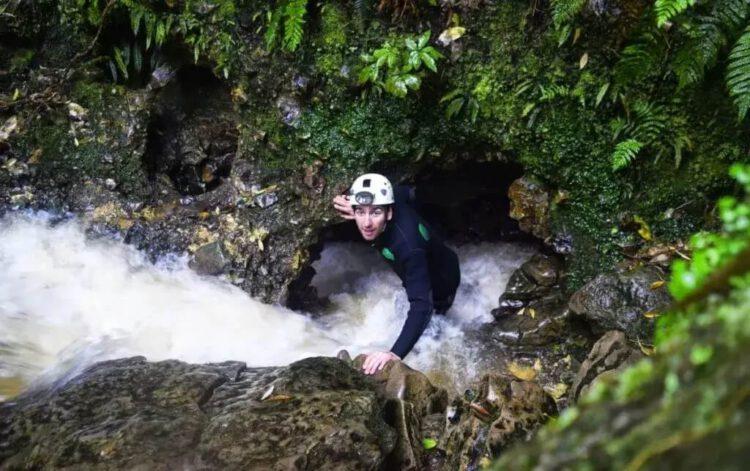 Спуск в пещеру вайтомо