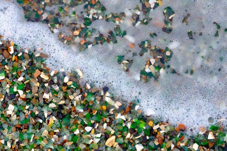 Стеклянный пляж покрыт волной