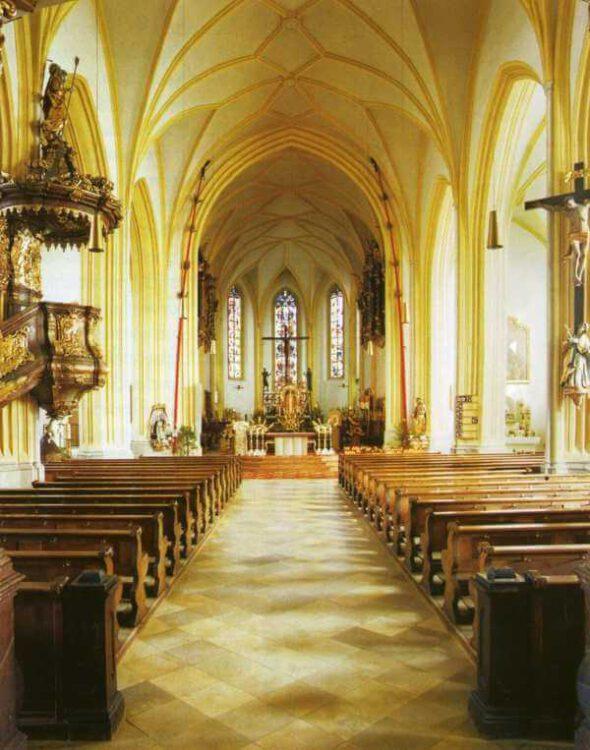 """Гора Bogenberg- Церковь """"Sankt Maria Himmelfahrt"""". Впереди справа и слева видны 13-метровые свечи красного воска"""