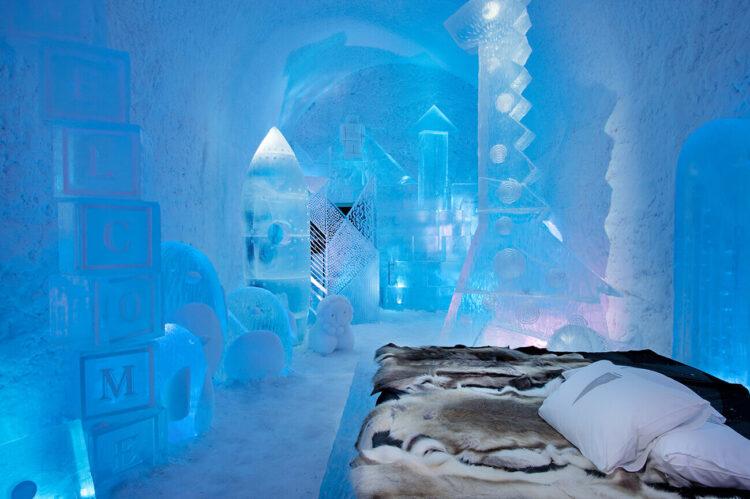 Комната в ледяном отеле в стиле детской. С множеством ледяных игрушек.