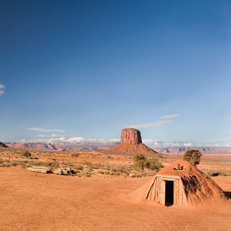Хоган навахо на фоне Долины Монументов.