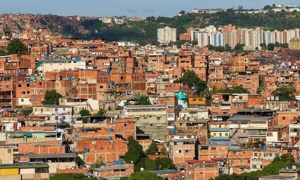 Панорама трущоб Петаре в Каракасе, столице Венесуэлы.