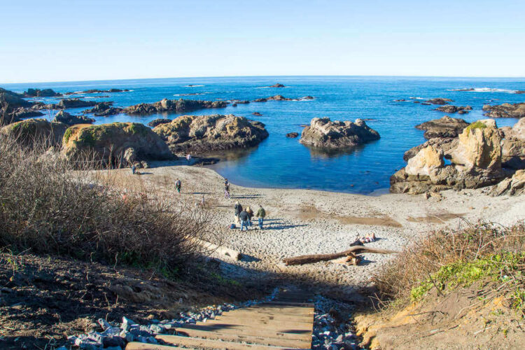Стеклянный пляж издалека