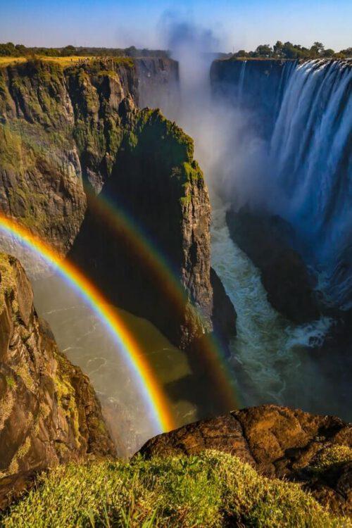 Капли воды на водопаде виктория создают множество радуг, если смотреть под нужным углом.