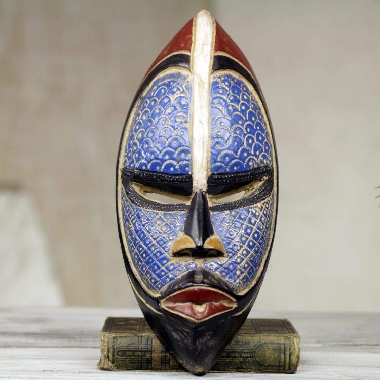 Ритуальные маски Зулусов, которые участвуют в церемонии похорон. Так, одна маска представляет покойного, а другая духа, который провожает умершего