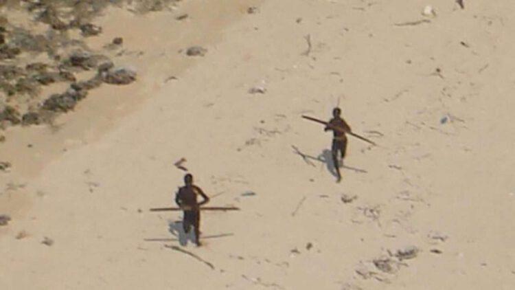"""сентинельцы пытаются """"отогнать"""" вертолет стреляя по нему из луков."""