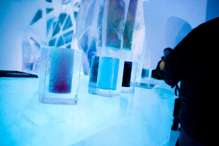 Стаканы изо льда в ледяном отеле