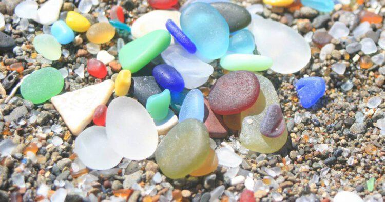 кусочки стекла стеклянного пляжа вблизи
