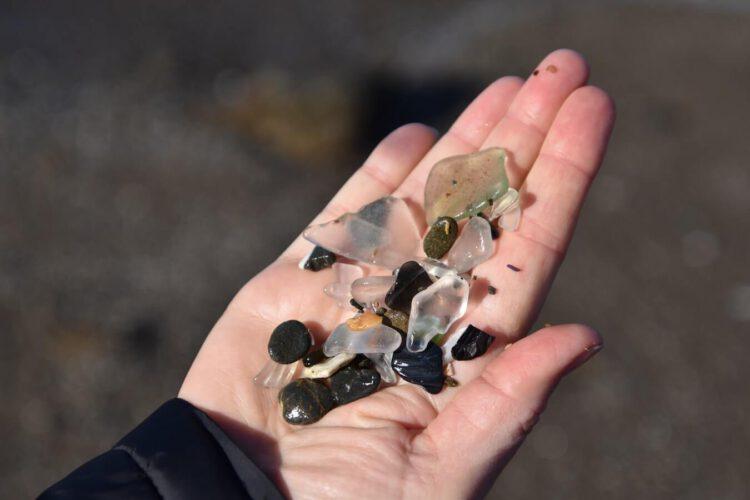 Стекло стеклянного пляжа в руке