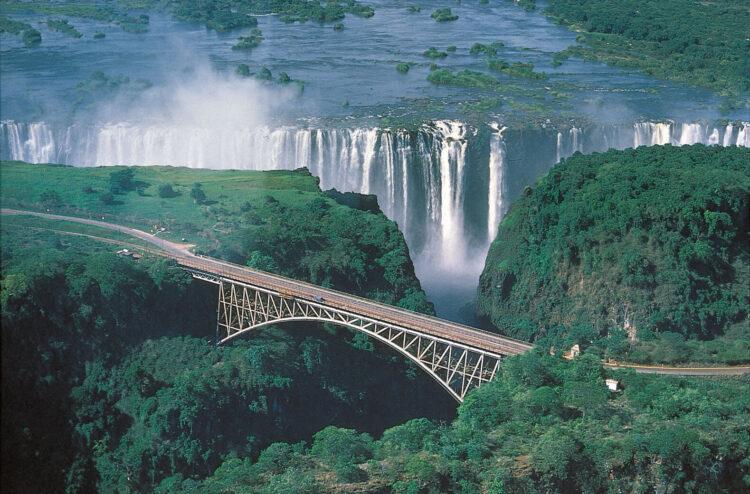Мост водопада Виктория проходит через реку Замбези и соединяет 2 страны - Замбию и Зимбабве.