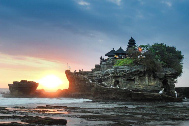 Храм на Бали, который хорошо известен своими закатами, и понятно почему.
