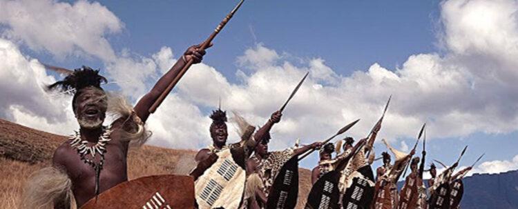 Воины Зулу со щитом в одной руке и коротким копьем во второй