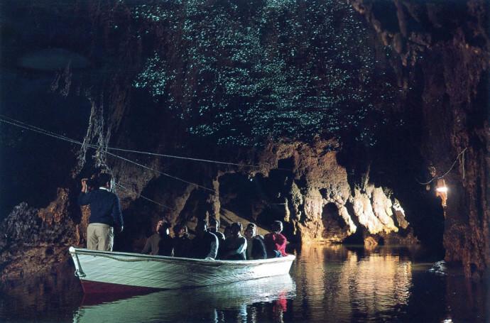 Туристы в пещере светлячков вайтомо